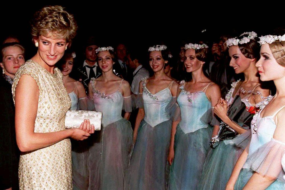 La princesa Diana habla con bailarinas del Teatro Bolshói, en Moscú, en 1995