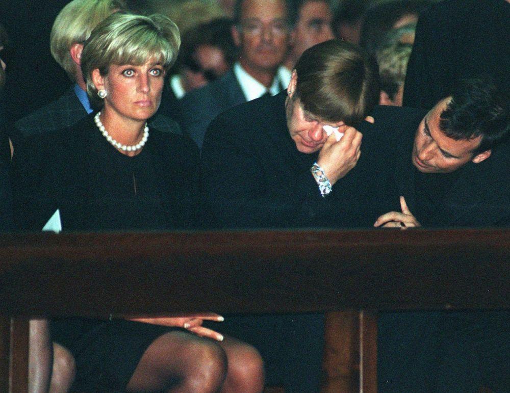 La princesa Diana y el cantante Elton John durante una misa en honor del diseñador Gianni Versace en Milán, en 1997