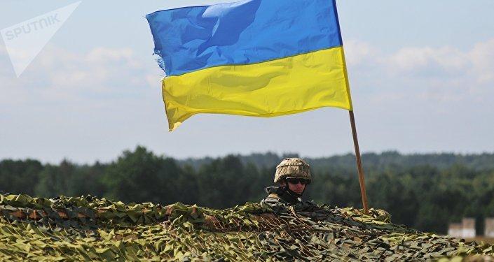 Un militar con la bandera nacional de Ucrania