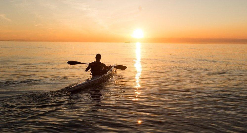 Hombre en una canoa (imagen referencial)