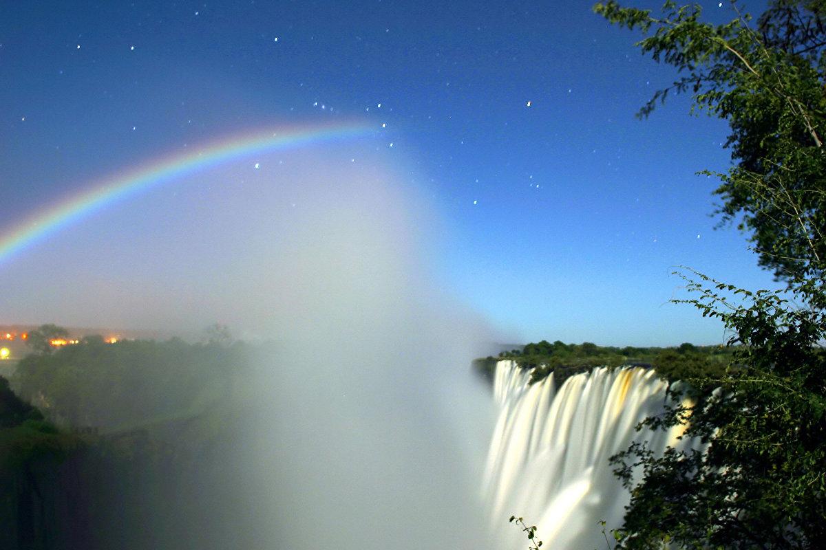 Arcoíris lunar captado con una cámara de exposición larga sobre las cataratas Victoria (Zambia)
