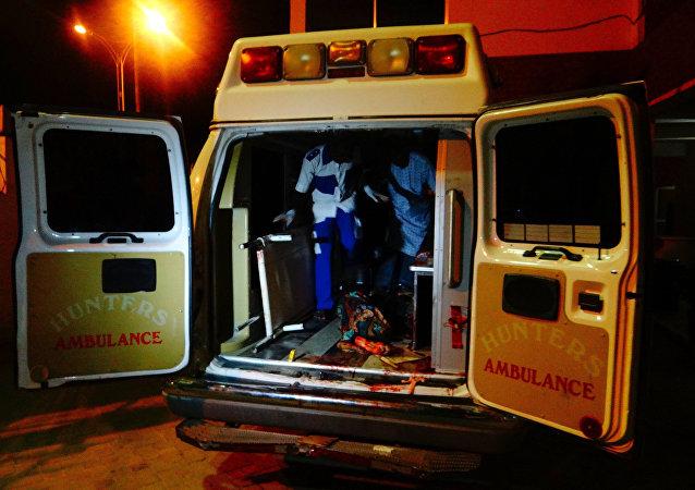 Una ambulancia llevando a una víctima del atentado terrorista en Nigeria