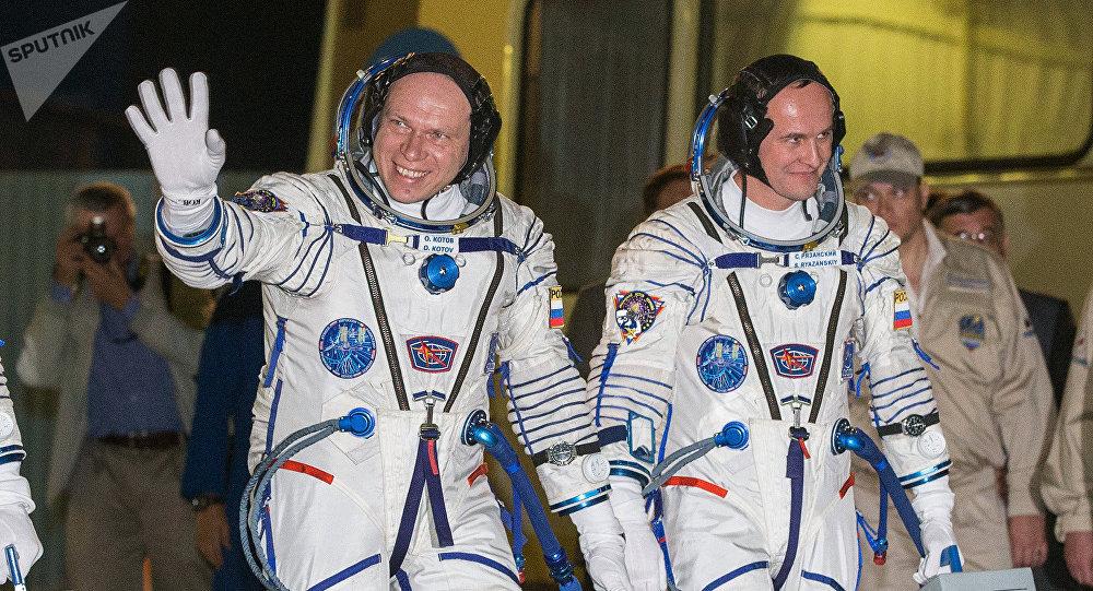 Cosmonautas rusos, Serguéi Riazanski y Oleg Kótov