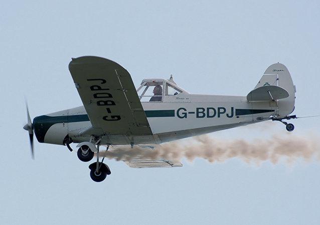 Un aeroaplicador PA-25 en vuelo (imagen referencial)