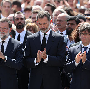 El presidente del Gobierno, Mariano Rajoy, el rey de España, Felipe VI y presidente del Gobierno catalán, Carles Puigdemont