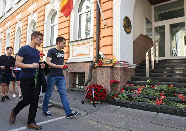Los moscovitas llevan flores a la Embajada española en homenaje a las víctimas de los atentados