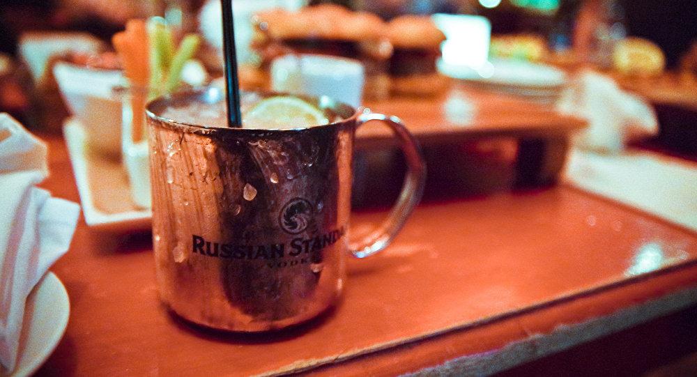 El cóctel Moscow Mule se sirve tradicionalmente en una taza de cobre