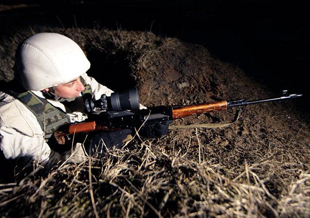 Un francotirador utiliza uno de los legendarios rifles Dragunov