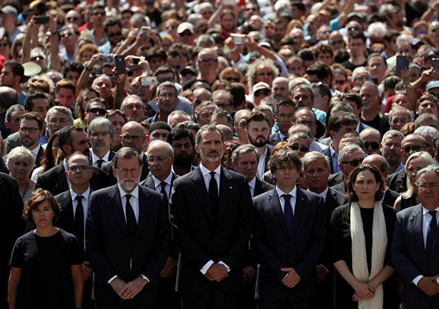 El presidente de España, Mariano Rajoy, el Rey de España, Felipe VI, el presidente de Cataluña, Carles Puigdemont y la alcaldesa de Barcelona, Ada Colau durante el minuto de silencio por las víctimas del atentado de Barcelona