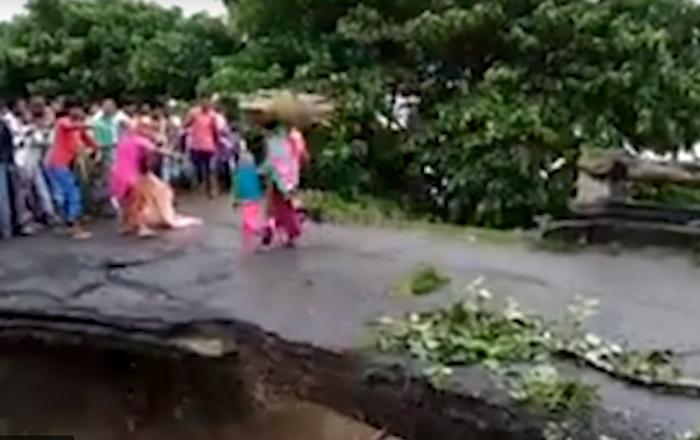 Un puente se cae en la India durante unas inundaciones