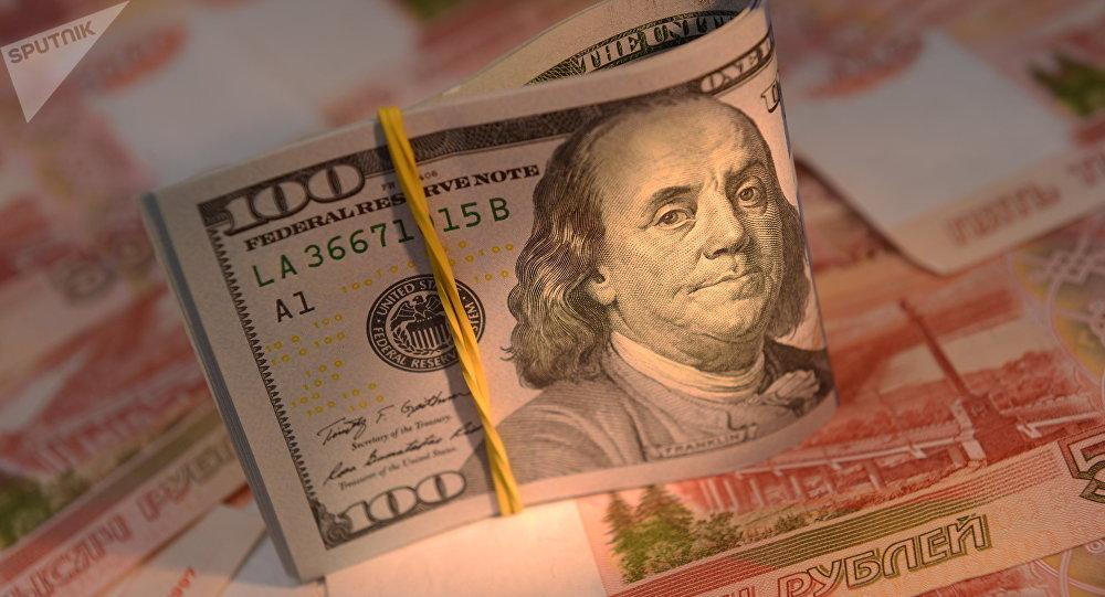 Rublos rusos y dólares estadounidenses