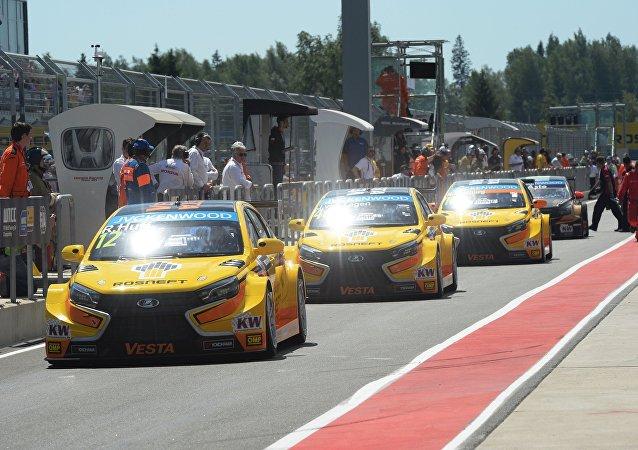 Los Lada Vesta TC1 del equipo Lada Sport Rosneft durante las carreras WTCC (archivo)