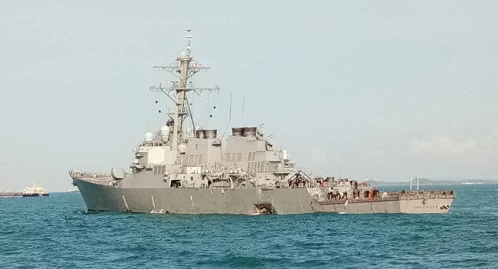 Destructor USS John S. McCain tras la colisión