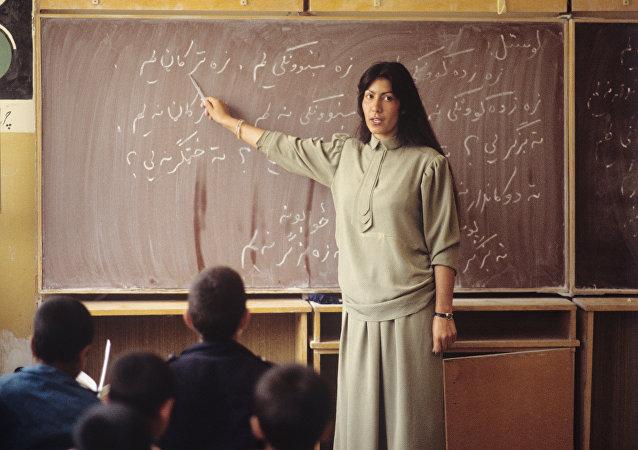 Niños afganos estudian su lengua natal