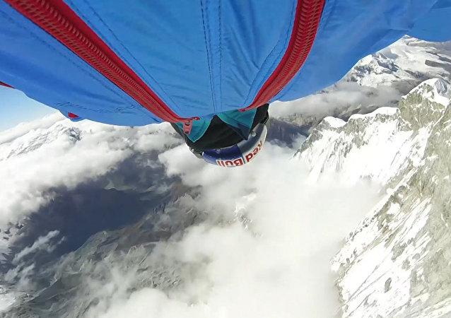 Un saltador ruso bate el récord con un salto desde los Andes peruanos