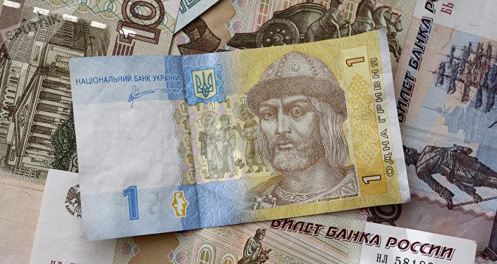 Los billetes de rublos y grivnas (monedas de Rusia y Ucrania, respectivamente)