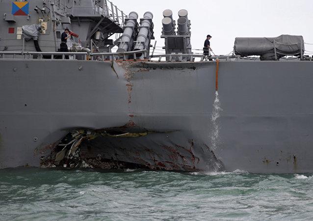El daño del destructor estadounidense USS John S. McCain tras la colisión con el buque mercante