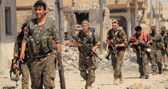 Los miembros de las Fuerzas Democráticas de Siria (FDS) en la región de Al Raqa, Siria