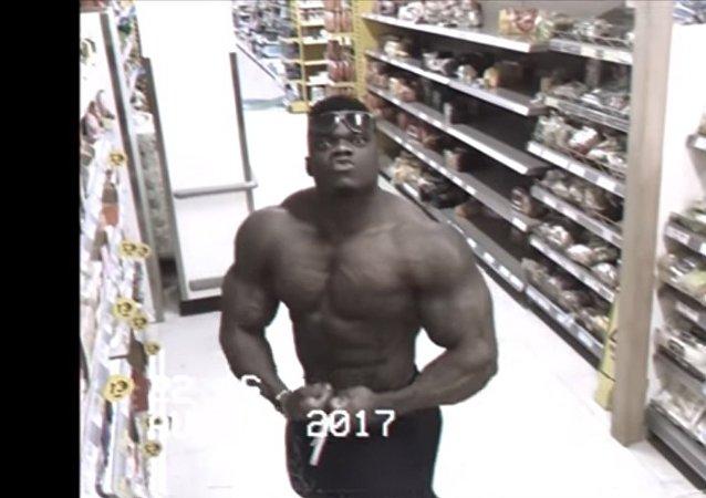 Un culturista 'se desnuda' ante una cámara de seguridad para presumir de músculos
