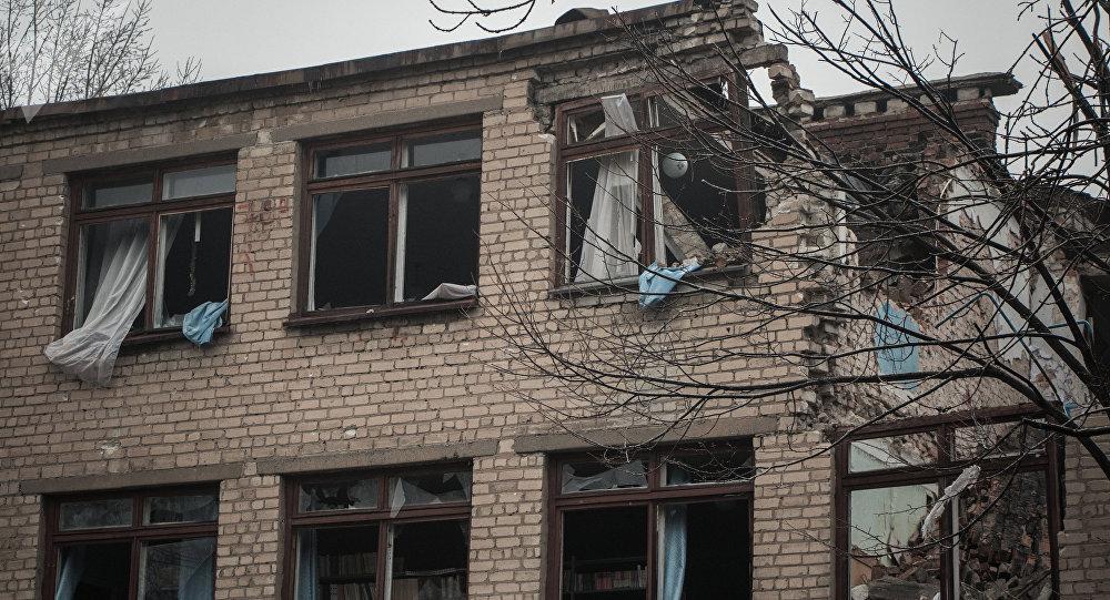 Una escuela afectada por los bombardeos en Donbás (archivo)