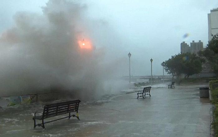 Las fuertes lluvias e inundaciones del tifón Hato paralizan el sur de China