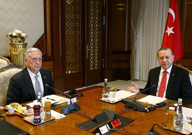 El secretario de Defensa de Estados Unidos, James Mattis y el presidente de Turquía, Recep Tayyip Erdogan
