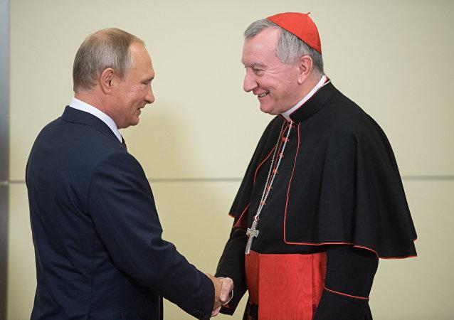 El presidente de Rusia, Vladímir Putin, y el secretario de Estado del Vaticano, Pietro Parolin