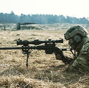 Operador de las fuerzas especiales pone a prueba el fusil de largo alcance modular Lobaev DVL-10M2 Urbana