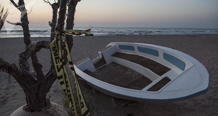 Una lancha en la costa