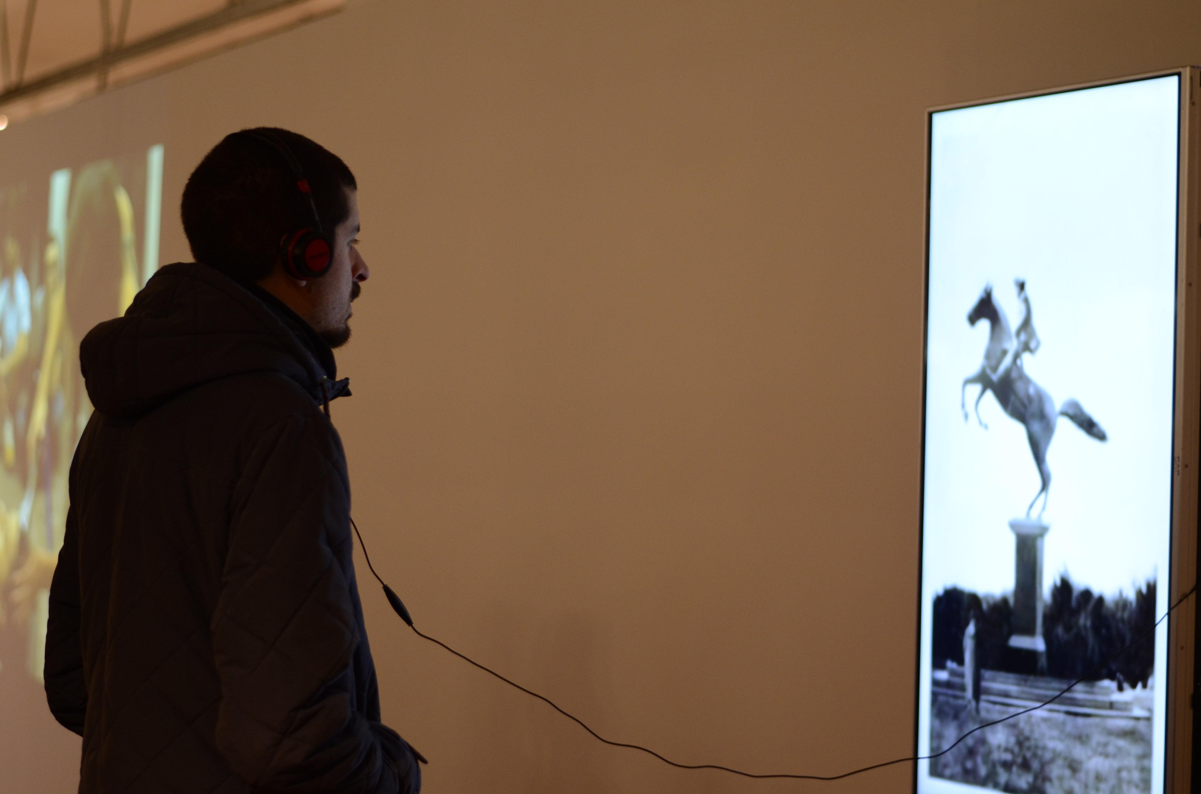 Un hombre asiste a una instalación de Bienalsur en el Museo Nacional de Artes Visuales de Montevideo
