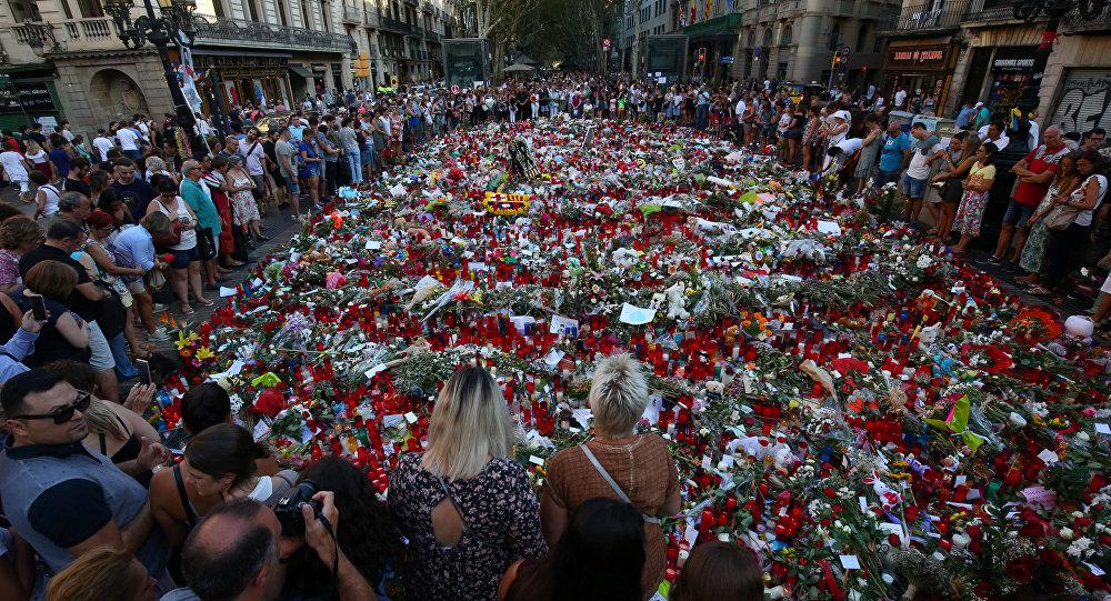 La gente rinde homenaje a las víctimas del atentado en Las Ramblas, Barcelona