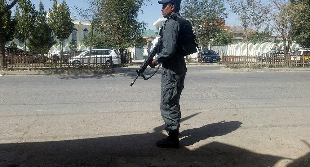 Un soldado afgano en el lugar del atentado