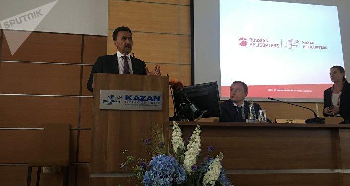 El director de marketing y ventas de la planta de Kazán, Valeri Pashko, y vicedirector de la Empresa de Servicio de Helicópteros, Serguéi Detkov