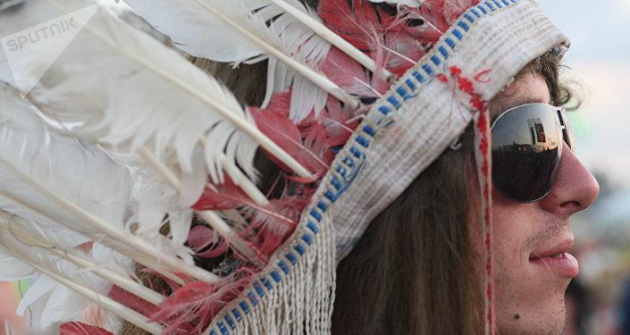 Un hombre llevando tocado de plumas (imagen referencial)