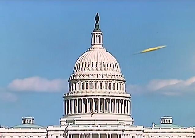 Un supuesto ovni vola delante del Capitolio de los Estados Unidos durante una transmisión en vivo del canal Fox News