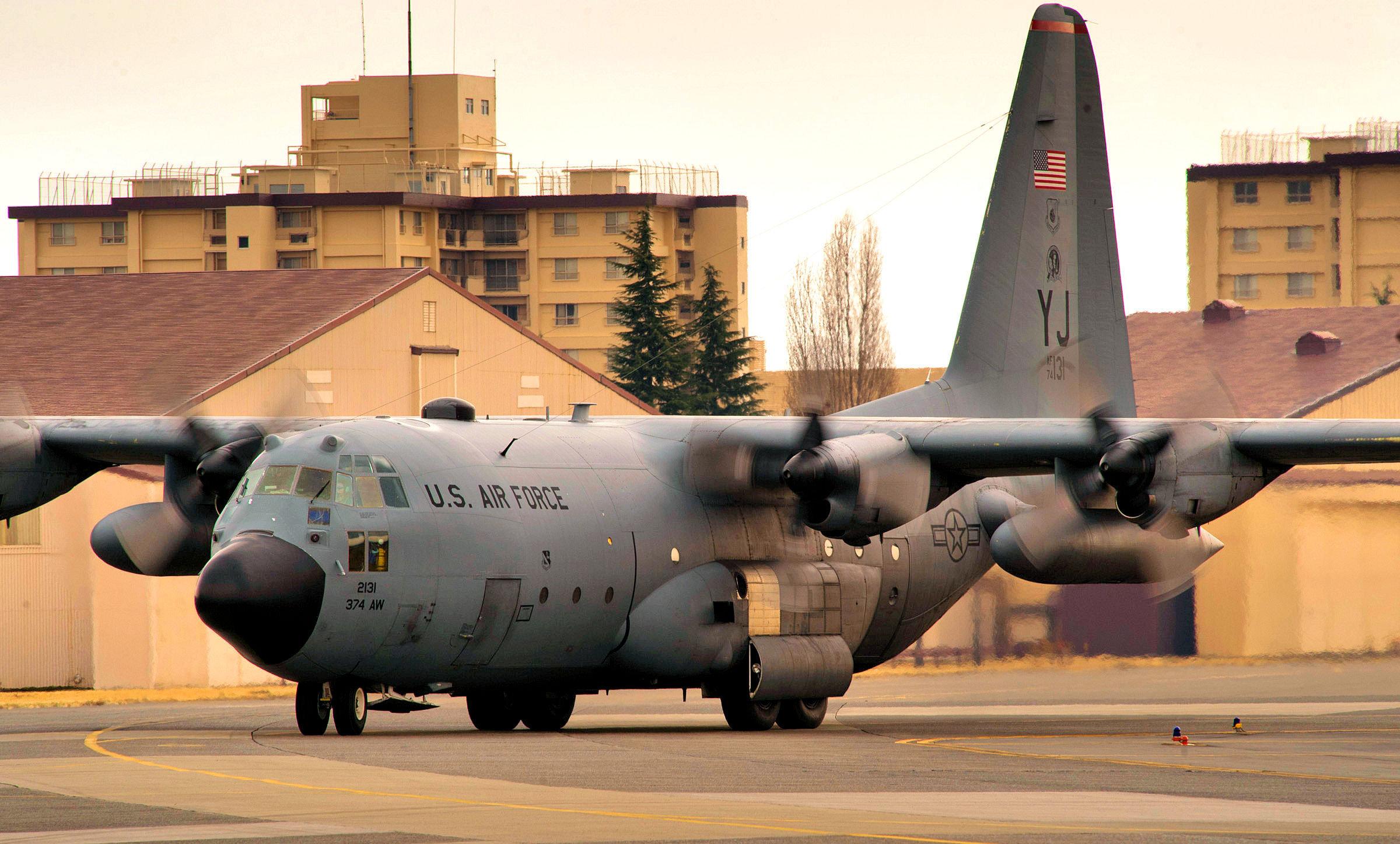 Un Hercules C-130H en la base estadounidense de Yokota