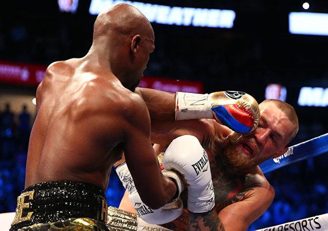 El boxeador Floyd Mayweather (izquierda) y el luchador de artes marciales mistas, Conor McGregor (derecha)