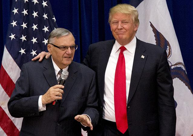 Exalguacil estadounidense, Joe Arpaio, y presidente de EEUU, Donald Trump (Archivo)