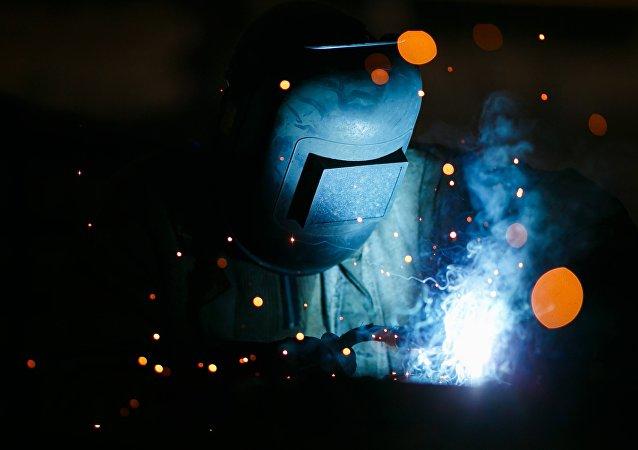 Un soldador ruso en pleno trabajo (imagen referencial)