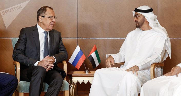 El ministro de Asuntos Exteriores de Rusia, Serguéi Lavrov, y el príncipe heredero de la corona de Abu Dabi, Mohammed bin Zayed Nahyan