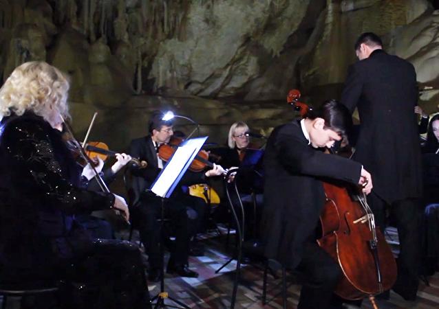 La música clásica retumba en la Cueva de Mármol de Crimea