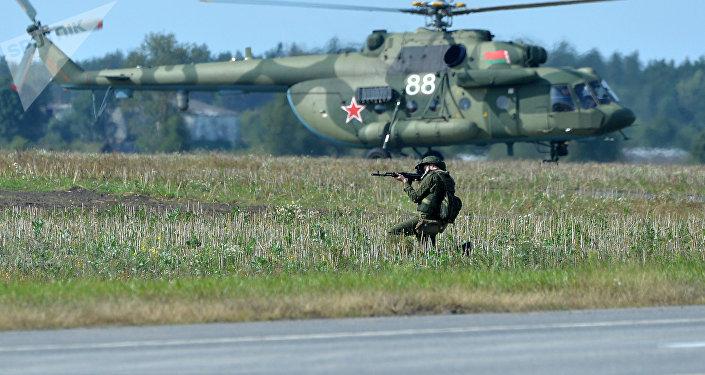 Militares bielorrusos durante lоs preparativos para las maniobras Zapad 2017