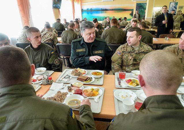 Petró Poroshenko durante una comida junto a militares estadounidenses