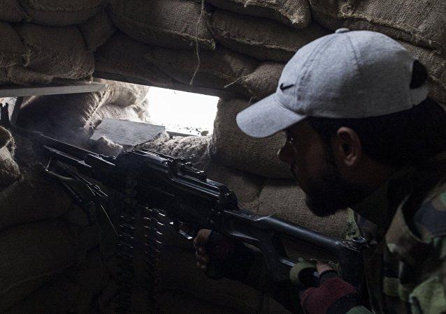 Soldado del Ejército sirio mantiene posiciones en Damasco