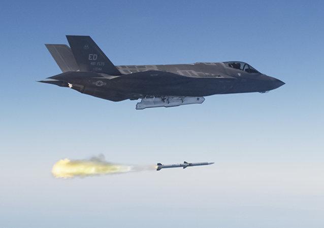 Un caza estadounidense F-35A lanzando un misil aire-aire (imagen referencial)