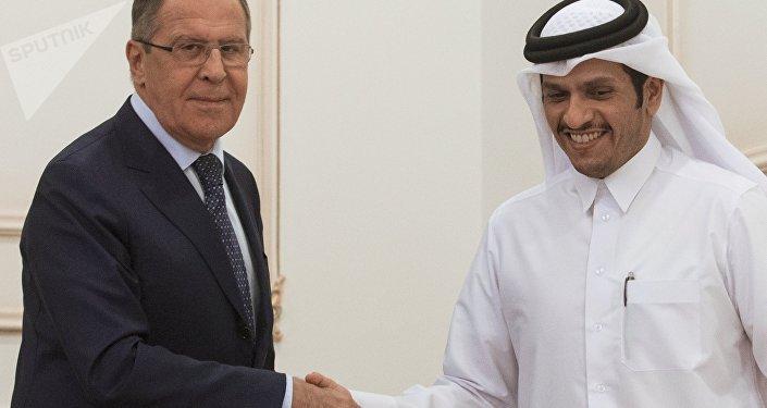 El ministro de Asuntos Exteriores de Rusia, Serguéi Lavrov, y su homologo catarí, Mohammed bin Abdulrahman Thani