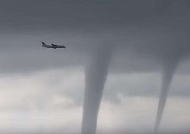 Espeluznante: un avión ruso aterriza en medio de un tornado