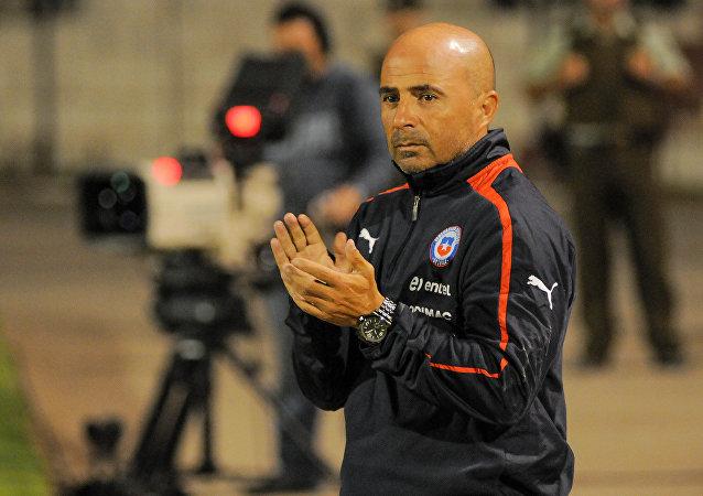 Jorge Sampaoli, actual director técnico de Argentina, retratado en un partido en 2013, cuando dirigía el combinado chileno.