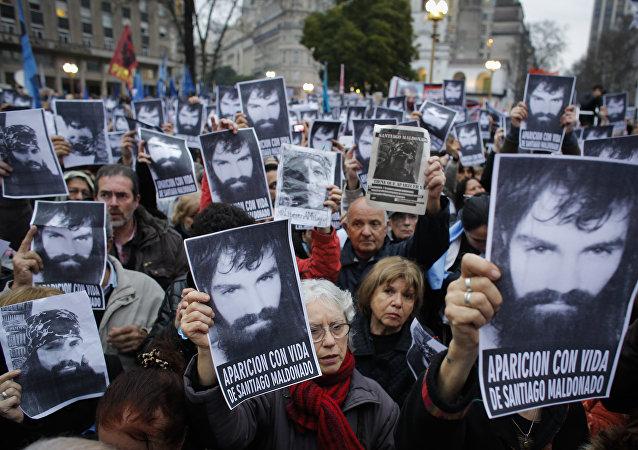 Carteles con la imagen de Santiago Maldonado, activista argentino desaparecido (archivo)