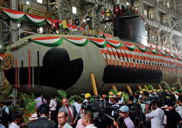 Submarino indio tipo Scorpene es botado en los diques de Bombai, la India, 9 de abril de 2015